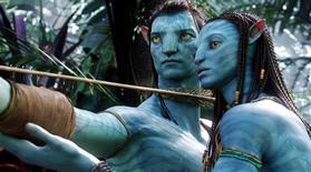 """<p>Os atores Sam Worthington (à esquerda) e Zoe Saldana como seus personagens digitais Jake e Neytiri do filme """"Avatar"""". O épico de ficção científica esmagou seus rivais no final de semana do Ano Novo na América do Norte, preparando-se para disputar com """"Batman - O Cavaleiro das Trevas"""" o lugar da segunda maior bilheteria de todos os tempos. REUTERS/WETA/Twentieth Century Fox/Divulgação</p>"""
