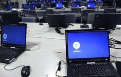 <p>Computer in un media center vuoto. REUTERS/Ints Kalnins</p>