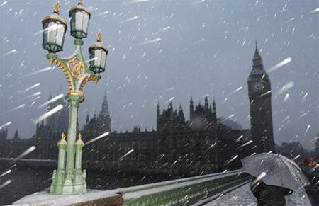 Snow falls around The Houses of Parliament in central London January 6, 2010. REUTERS/Toby Melville
