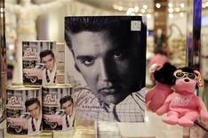 <p>Productos de Elvis Presley son exhibidos en la tienda oficial Viva ELVIS en el hotel-casino Aria en Las Vegas, 15 dic 2009. Aunque el ídolo musical Elvis Presley haya dejado de existir cerca de 33 años atrás, una serie de nuevos eventos y libros publicados esta semana para conmemorar su cumpleaños número 75 aseguran la vigencia del El Rey y de los ingresos que genera. Presley, quien murió en agosto de 1977 a los 42 años, es una de las celebridades que consigue mayores ganancias de forma póstuma. En el 2009 su fortuna, manejada por Elvis Presley Enterprises, empresa que fue reactivada por el magnate Robert Sillerman en el 2005, llegó a 55 millones de dólares, de acuerdo al sitio web Forbes.com. REUTERS/Las Vegas Sun/Steve Marcus</p>