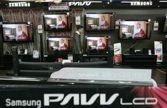 <p>Las previsiones de Samsung Electronics indican que el 2010 será un buen año para el sector de la electrónica de consumo, lo que da a los inversionistas otra razón para seguir comprando acciones de firmas tecnológicas. Samsung está viviendo una fuerte recuperación de precios en su negocio principal de procesadores de memoria para ordenadores y se beneficia de las crecientes ventas de televisores de pantalla plana, dos campos que lidera a nivel mundial. REUTERS/Choi Bu-Seok</p>