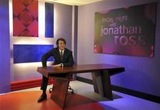 """<p>Una figura de cera de la estrella británica Jonathan Ross en el museo Madame Tussauds en Londres, 6 abr 2009. Jonathan Ross, una de las estrellas mejor pagadas de la BBC, anunció el jueves que abandonará la cadena británica. Ross, cuyo salario se acerca a 6 millones de libras al año según reportes de medios, dijo que había decidido no renegociar su contrato que finalizará en julio. El anuncio se produjo apenas un año después de que fuera suspendido por sus jefes de la BBC por los """"terriblemente ofensivos"""" adjetivos que hiciera en broma junto al comediante Russell Brand sobre el actor de """"Fawlty Towers"""" Andrew Sachs. REUTERS/Andrew Parsons/Archivo</p>"""