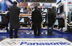 <p>Panasonic, premier fabricant mondial d'écrans plasma, compte accroître son chiffre d'affaires de plus d'un tiers au cours des trois prochaines années à 71 milliards d'euros, durant lesquelles il intégrera Sanyo Electric. /Photo prise le 8 janvier 2010/REUTERS/Yuriko Nakao</p>