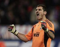 <p>O goleiro Casillas do Real Madrid comemora vitória sobre o Atlético de Madri. A Espanha não precisa temer nenhum adversário na Copa do Mundo deste ano na África do Sul, segundo o goleiro titular e capitão da seleção campeã europeia, Iker Casillas.07/11/2009.REUTERS/Sergio Perez</p>