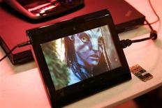 """<p>Um trailer do filme Avatar é exibido em um gadget em Las Vegas, durante a CES. A Sindicato dos Diretores da América (DGA, na sigla em inglês) divulgou nesta quinta-feira a lista dos indicados para o seu prêmio anual de melhor diretor de cinema, com James Cameron (de """"Avatar"""") enfrentando a ex-mulher Kathryn Bigelow (de """"Guerra ao Terror"""").07/01/2010.REUTERS/Steve Marcus</p>"""