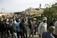 <p>Grupos de inmigrantes protagonizaron revueltas el jueves por la noche en el sur de Italia, donde quemaron coches y rompieron escaparates en protesta por un ataque contra braceros africanos por una banda de jóvenes del lugar, informó la policía. En la imagen, varios immigrantes se manifiestan en una protesta en la ciudad de Rosarno, en el sur del país, el 8 de enero de 2010. REUTERS/OTNPhotos</p>