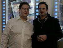 """<p>Imagen de archivo de Sebastián Marroquín (izq) y Nicolás Entel en el estreno de """"Pecados de mi Padre"""" en Bogotá, 9 dic 2009. El canal HBO adquirió los derechos televisivos en Estados Unidos para el documental """"Pecados de mi Padre"""", la historia del narcotraficante colombiano Pablo Escobar narrada desde la mirada de su hijo. """"Pecados de mi Padre"""", dirigido y producido por el cineasta argentino radicado en Nueva York Nicolás Entel, muestra la vida de Escobar a través de su hijo Juan Pablo, quien cambió su nombre a Sebastián Marroquín y huyó de Colombia tras el asesinato de su padre a manos de policía en 1993. REUTERS/Fredy Builes/Archivo</p>"""