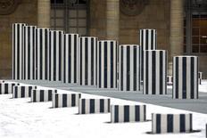 <p>As colunas modernistas no pátio do Palais Royal, que provocaram polêmica em Paris quando foram instaladas há quase 25 anos, foram reabertas ao público nesta sexta-feira depois de uma reforma de 6 milhões de euros. A foto mostra as colunas, do artista francês Daniel Buren no dia 6 de janeiro. REUTERS/Charles Platiau</p>