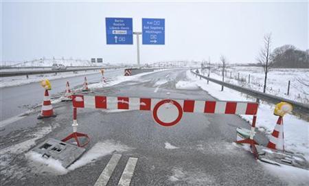 Eine Verkehrssperre blockiert den Zugang zur A20 nahe Lübeck am 10. Januar 2010. REUTERS/Morris Mac Matzen