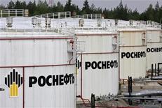 """<p>Нефтехранилище компании Роснефть на терминале Приводино 29 мая 2007 года. Россия увеличила добычу нефти на 1,25 процента 2009 году до 494,228 миллиона тонн, ставя в отдельные месяцы мировые рекорды на фоне значительных налоговых льгот и снижения производства """"черного золота"""" странами ОПЕК, свидетельствуют данные Министерства энергетики. REUTERS/Sergei Karpukhin</p>"""