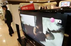 <p>Un televisore Lcd Lg in un negozio di Seul. REUTERS/Choi Bu-Seok</p>