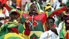 <p>Болельщики сборной Мали поддерживают свою команду на матче Кубка Африканских наций в Луанде 10 января 2010 года. Кубок африканских наций стартовал в Анголе без участия сборной Того, решившей не принимать участия в соревновании после обстрела автобуса тоголезцев неизвестными в минувшую пятницу. REUTERS/Amr Abdallah Dalsh</p>