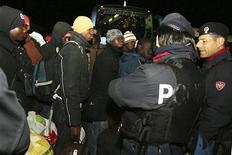 <p>Мигранты из Африки садятся в автобус под охраной полиции в Розарно 9 января 2010 года. Сотни африканских иммигрантов были эвакуированы из южноитальянского города Розарно в воскресенье после трех дней столкновений между ними и автохтонным населением. REUTERS/Giuseppe Stilo</p>