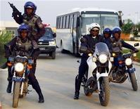 <p>Спецназ ангольской полиции охраняет автобус участниками Кубка африканских наций в Кабинде 9 января 2010 года. Власти Анголы арестовали двоих человек, подозреваемых в совершении нападения на направлявшийся на Кубок африканских наций автобус сборной команды Того по футболу, в результате которого погибли два представителя делегации Того. REUTERS/Amr Abdallah Dalsh</p>
