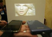 <p>Um picoprojetor da SHOWWX (dir.) e exibido durante o International Consumer Electronics Show (CES) em Las Vegas no dia 5 de janeiro. Empresas como a Macrovision estão apostando em imagens exibidas em escala menor por aparelhos pequenos como um celular. REUTERS/Mario Anzuoni</p>