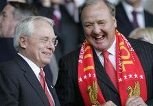 """<p>Совладельцы английского """"Ливерпуля"""" Джордж Жиллет (слева) и Том Хикс-старший на стадионе в Ливерпуле 1 мая 2007 года. Том Хикс-младший, сын совладельца """"Ливерпуля"""" Тома Хикса, ушел с должности директора клуба в понедельник после того, как его отставки потребовали фанаты, оскорбленные поведением руководителя. REUTERS/Phil Noble</p>"""