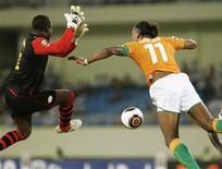 <p>Нападающий сборной Кот-д'Ивуара Дидье Дрогба (справа) пытается переиграть вратаря сборной Буркина-Фасо Дауду Диаките в матче Кубка африканский наций в Кабинде 11 января 2010 года. Сборная Малави по футболу одержала первую в своей истории победу в финальной части Кубка африканских наций, обыграв команду Алжира 3-0 и продолжив череду удивительных результатов на важнейшем турнире континента. REUTERS/Rafael Marchante</p>