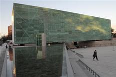 """<p>Mulher caminha em frente ao Museu da Memória e Direitos Humanos em Santiago no dia 11 de janeiro. O Chile inaugurou nesta segunda-feira o Museu da Memória em homenagem a vítimas da ditadura de Augusto Pinochet (1973-90), quando 3.195 pessoas foram assassinadas ou """"desapareceram"""", segundo dados oficiais. REUTERS/Victor Ruiz Caballero</p>"""