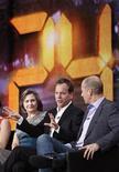 """<p>A atriz Cherry Jones (esq.), os produtores-executivos Kiefer Sutherland (centro) e Howard Gordon (dir.) da serie """"24 Horas"""" participam de discussão no Fox Broadcasting Company Winter 2010 na turnê de divulgação da Television Critics Association em Pasadena, Califórnia, no dia 11 de janeiro. A série de TV inicia no domingo sua oitava temporada. REUTERS/Danny Moloshok</p>"""