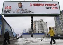 """<p>Una mujer camina frente de un afiche de campaña de la primer ministra Yulia Tymoshenko en Kiev, 12 ene 2010. Desilusionados ciudadanos de la ex república soviética han publicado anuncios como este en Internet, ofreciendo sus votos para las elecciones presidenciales del 17 de enero. """"No creo en nuestra democracia, así que estoy vendiendo mi voto en las elecciones. Posiblemente habrá otros 10 votos a la venta. La única discusión acerca del precio será para subirlo"""", señaló un aviso colgado desde la localidad de Lviv, en el oeste de Ucrania. REUTERS/ Konstantin Chernichkin</p>"""