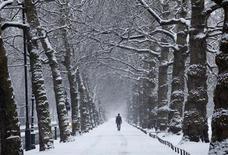"""<p>Мужчина идет по заснеженному Сент-Джеймс Парк в Лондоне 13 января 2010 года. Британию, дрожащую от холода из-за самой холодной зимы за последние тридцать лет, вновь заносит снегом - в среду были отложены рейсы из лондонского аэропорта """"Гэтвик"""", а также из Бирмингема и Кардиффа. REUTERS/Andrew Winning</p>"""