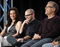 <p>Evangeline Lilly, attrice della serie, Damon Lindelof, produttore e ideatore, e Carlton Cuse, produttore esecutivo. La foto è stata fatta ieri durante una conferenza stampa a Pasadena. REUTERS/Danny Moloshok</p>
