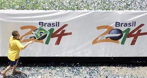 <p>Foto arquivo mostra criança comemorando em São Paulo após a escolha do Brasil como sede da Copa do Mundo de 2014 pela FIFA. Autoridades dos três níveis de governo se comprometeram nesta quarta-feira com um investimento de 20,1 bilhões de reais para diversas obras visando a Copa do Mundo de 2014, principalmente em projetos de mobilidade urbana. REUTERS/Paulo Whitaker</p>