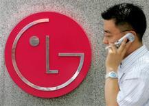 <p>Um sul-coreano passa em frente ao logo da LG Electronics em sua sede em Seoul no dia 18 de julho de 2005. A LG Electronics, terceira maior fabricante mundial de celulares, planeja elevar em 20 por cento suas vendas no segmento este ano e vai usar o sistema operacional Android, do Google, para reforçar sua linha de smartphones. (Foto Arquivo Reuters) REUTERS/You Sung-Ho KKH/CN</p>