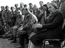 <p>Премьер-министр Израиля Голда Меир (справа) общается с израильскими солдатами на базе, расположенной на Голанских высотах 21 ноября 1973 года. 15 января 1973 года Голда Меир стала первым из премьер-министров Израиля, удостоившимся аудиенции Папы Римского. REUTERS/STR New</p>