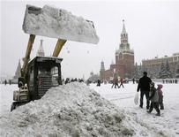 <p>Бульдозер убирает снег на Красной площади в Москве 21 января 2007 года. Предстоящие выходные в Москве будут солнечными и морозными, сообщает Гидрометцентр России на своем сайте www.meteoinfo.ru. REUTERS/Mikhail Voskresenskiy</p>