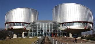 <p>Здание Европейского суда по правам человека в Страсбурге 30 января 2009 года. Нижняя палата российского парламента расчистила путь к давно откладываемой реформе Европейского суда по правам человека, поддержав институт, который часто критикует состояние дел с правами человека в самой России. REUTERS/Vincent Kessler</p>