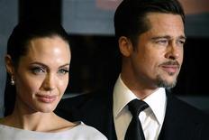 """<p>Актеры Анджелина Джоли и Брэд Питт на церемонии """"Выбор критиков"""" в Санта-Монике, Калифорния 8 января 2009 года. Трагедия на Гаити, где землетрясение могло унести десятки тысяч жизней, так потрясла голливудских звезд, что они поспешили открыть свои толстые кошельки. REUTERS/Hector Mata</p>"""