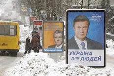"""<p>Предвыборные плакаты Виктора Януковича (справа) и Виктра Ющенко в Киеве 15 января 2010 года. Уставшая от обещаний и склок парализованной власти Украина определит в ближайшее воскресенье финалистов президентской гонки, победитель которой перевернет """"оранжевую"""" страницу украинской истории в угоду порядку в беднеющей стране. Наблюдатели не сомневаются, что этим займутся все те же люди: во втором туре 7 февраля встретятся бывший премьер Виктор Янукович и нынешний - Юлия Тимошенко. REUTERS/Vasily Fedosenko</p>"""