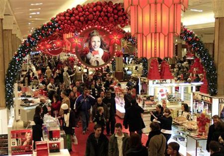 Holiday shoppers pack Macy's department store in Herald Square in New York December 23, 2009. REUTERS/Mike Segar