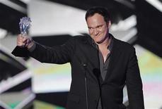 """<p>El director Quentin Tarantino acepta el premio a Mejor Guión Original por su trabajo en el filme """"Inglorious Basterds"""" en la entrega 15 de los premios Critics' Choice Movie Awards en el Hollywood Palladium en Los Angeles. Enero 15, 2010. REUTERS/Mario Anzuoni (EEUU)</p>"""
