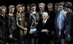 <p>Lo stilista Giorgio Armani in passerella tra le sue modelle. REUTERS/Denis Sinyakov</p>