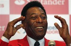 <p>O ex-jogador brasileiro Pelé durante uma coletiva de imprensa em Bogotá, 16 de janeiro de 2010. Pelé listou Argentina, Brasil, Inglaterra, Itália e Espanha como favoritos para vencer a Copa da África do Sul e fez um pedido de ajuda ao Haiti, devastado por um terremoto na última terça-feira. REUTERS/John Vizcaino</p>