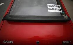 <p>Плакат, помещенный на окно автомобиля Saab в рамках Всемирной кампании по поддержке бренда Saab Support Convoy 16 января 2010 года. Более 500 голландцев - владельцев автомобилей Saab - отправились в тур по стране, чтобы поддержать шведский бренд, которому грозит опасность прекратить существование. REUTERS/Stoyan Nenov</p>