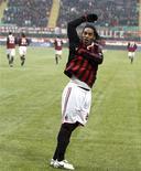 <p>Ronaldinho do Milan comemora seu gol contra o Siena no estádio de San Siro em Milão neste domingo. Ronaldinho marcou três vezes na vitória por 4 x 0. REUTERS/Stefano Rellandini</p>