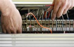<p>François Fillon a annoncé que des appels à projets régionaux seraient lancés d'ici six mois pour encadrer le déploiement de la fibre optique dans les régions moyennement peuplées. /Photo d'archives/REUTERS/Daniel Munoz</p>