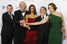 """<p>O diretor James Cameron do filme """"Avatar"""", vencedor do prêmio de melhor drama, posa com seu elenco e produtor na premiação do 67o. Globo de Ouro em Beverly Hills. REUTERS/Lucy Nicholson</p>"""