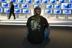 <p>A man watches a presentation of a flat screen TV model in Berlin, September 7, 2009. REUTERS/Thomas Peter</p>