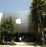<p>Apple a envoyé lundi des invitations à plusieurs médias conviés à une présentation prévue le 27 janvier date à laquelle la marque à la pomme pourrait dévoiler un nouveau produit très attendu. /Photo d'archives/REUTERS/Mario Anzuoni</p>