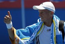 <p>Россиянин Николай Давыденко радуется победе над немцем Дитером Киндлманном в первом туре Открытого чемпионата Австралии в Мельбурне 19 января 2010 года. Жителям Мельбурна стоит быть повнимательнее, ведь сидящий за соседним столиком неприметный лысеющий мужчина может оказаться российским теннисистом Николаем Давыденко. REUTERS/Vivek Prakash</p>