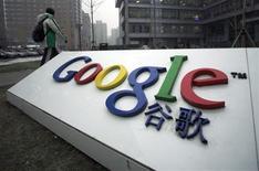 <p>Les groupes étrangers, Google y compris, doivent respecter la législation et les coutumes chinoises, prévient mardi un porte-parole du ministère chinois des Affaires étrangères. Le géant de la recherche sur internet a menacé de quitter la Chine, mettant en cause des cyberattaques et la censure de Pékin. /Photo prise le 19 janvier 2010/REUTERS/Alfred Jin</p>