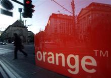 <p>Orange (France Télécom) pourrait étudier l'acquisition d'au moins une fréquence sur la télévision numérique payante (TNT) si un appel d'offres était organisé pour les deux canaux vacants, selon une source proche du dossier. /Photo prise le 25 novembre 2009/REUTERS/Denis Balibouse</p>