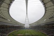 """<p>Стадион """"Мозес Мабхида"""" в Дурбане, ЮАР 19 декабря 2009 года. Реклама бронежилетов, которые призваны защитить от ножевых ударов футбольных болельщиков в ЮАР, была признана организаторами стартующего там летом чемпионата мира попыткой заработать денег на запугивании любителей футбола. REUTERS/Rogan Ward</p>"""