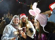 <p>Люди празднуют Новый год на Красной площади в Москве 1 января 2010 года. Самым интересным событием 2009 года стало... его окончание, а точнее - наступление нового 2010 года, показало исследование поисковой системы Яндекс, на которую приходится порядка 60 процентов запросов в Рунете. REUTERS/Denis Sinyakov</p>