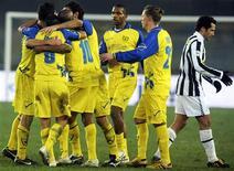 <p>I giocatori del Chievo esultano dopo il gol di Sardo alla Juventus. REUTERS/Paolo Bona</p>