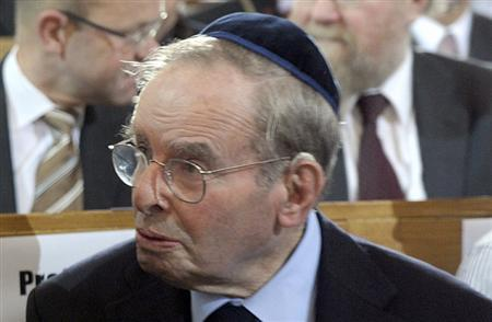 Holocaust survivor Ernst Cramer is seen during a ceremony in a synagogue in Rykestrasse street, Berlin, November 9, 2008. REUTERS/Michael Kappeler/Pool